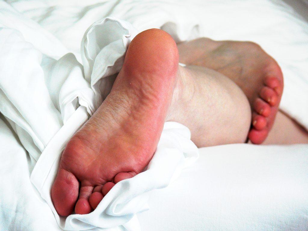 Избавление от мозолей на ногах с помощью нитки